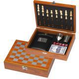 Zestaw piersiówka, szachy, karty i kości